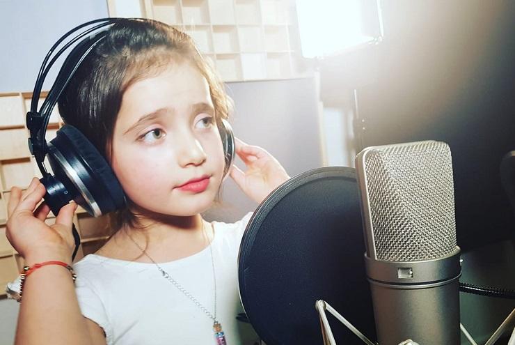 طفلة سورية تدهش العالم بجمالها وحسن صوتها غنت لوطنها فأبكت كل من سمعها (فيديو)