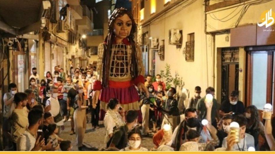 عملاقة سورية تجوب شوارع تركيا وتوجه رسالتها للعالم حول قصــ.تها وهــ.دف تحركها في الوقت الحالي