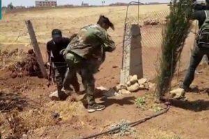 مسؤول في الجيش السوري يترك كتيبته ويسلم نفسه لفصائل المعارضة السورية (فيديو)