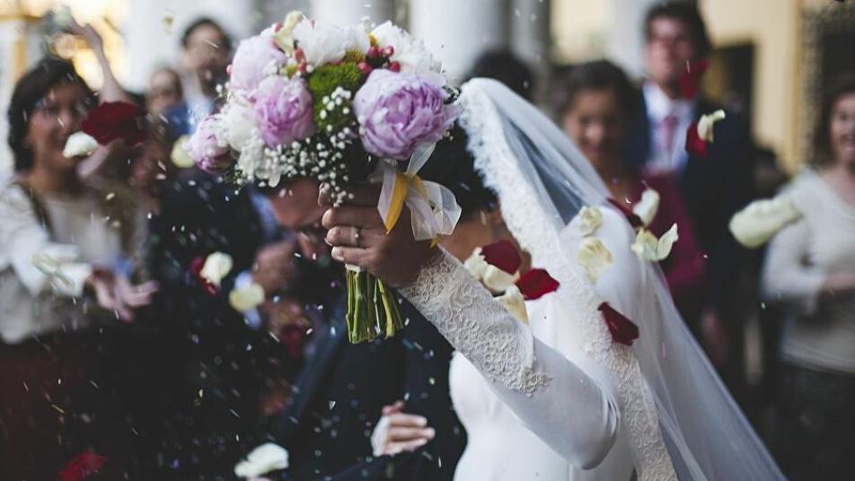 هديـ.ـة استثنائية في حفل زفاف عروسين لبنانيين تثير اهتمام الراغبين بالزواج وتساعدهم (فيديو)