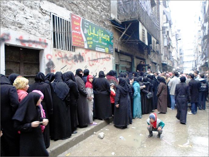 امرأة تشـ.ـتم الرئيس بشار الأسد أمام باب الفرن وخلال الوقوف على الطابور الأجهزة الأمنية تتحرك