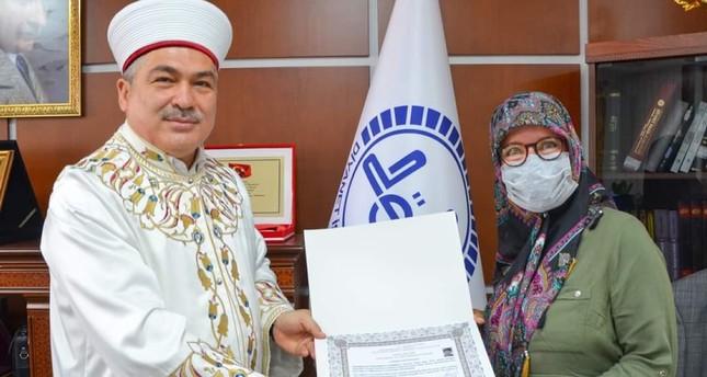 خلال زيارة لتركيا مخرجة هولندية تعتنق الإسلام وتوجه رسالة عما اكتشفته مؤخراً