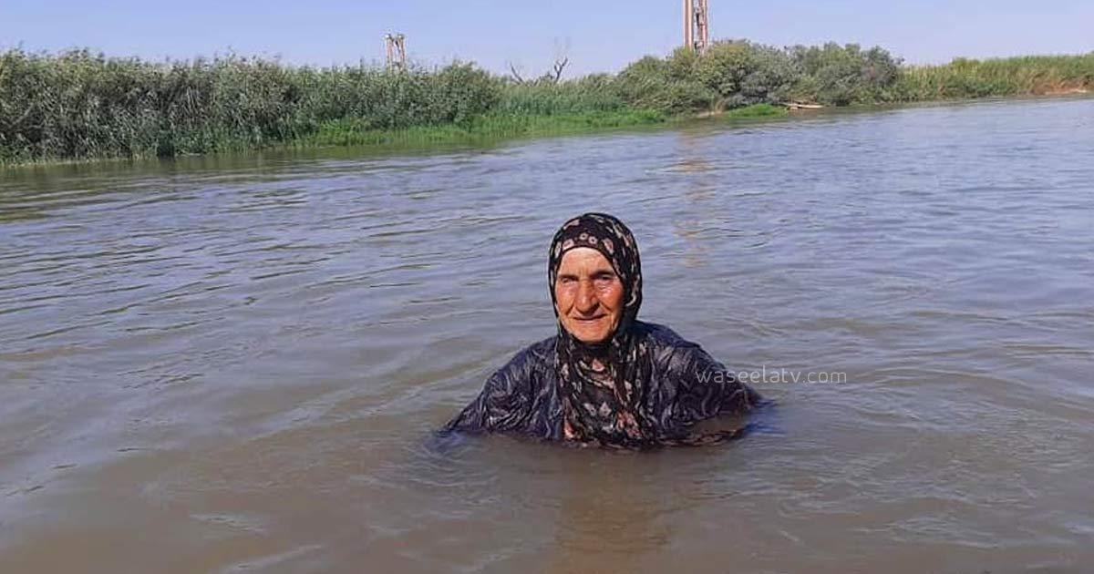 امرأة سورية تمتلك موهبة بالسباحة في نهر الفرات ساعدت مئات الأشخاص وتروي لنا قصة حياتها مع السباحة (فيديو)