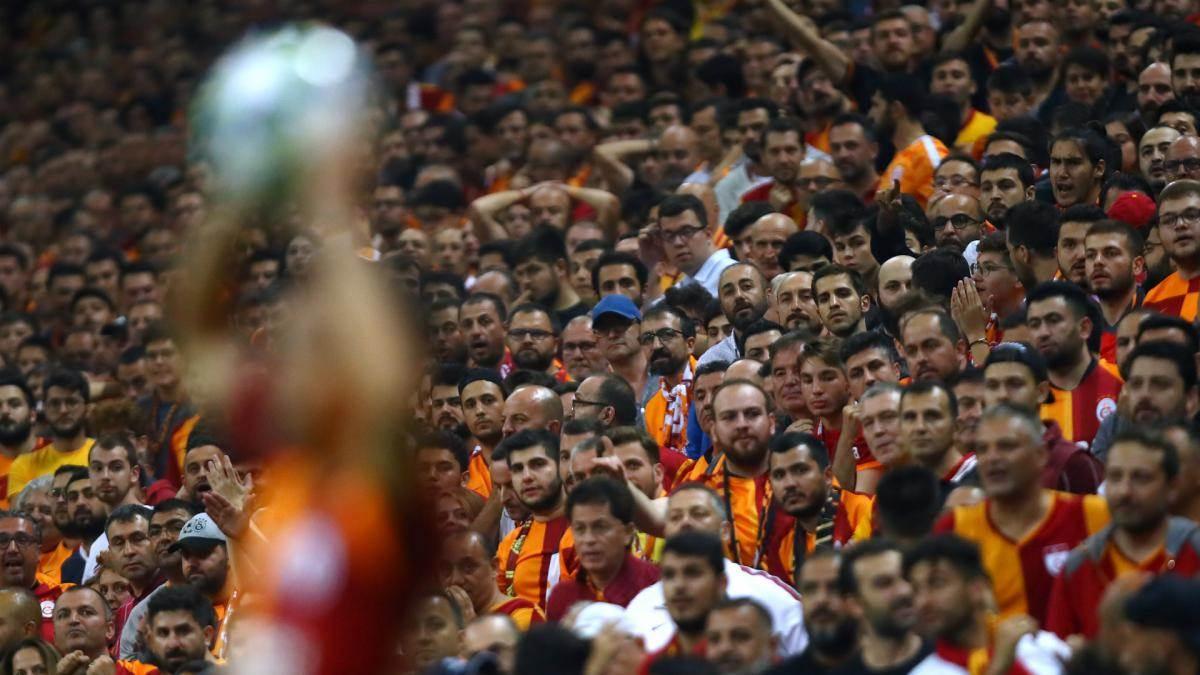 جمهور تركي كبير من المشجعين يهتفون بصوت واحد لانريد اللاجئين لانريد السوريين ارحلوا (فيديو)