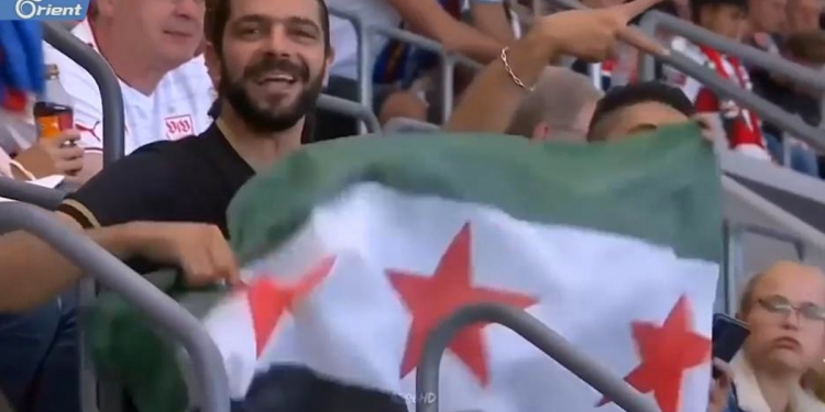 حضور علم الثورة السورية في مباراة جمعت بين ناديي برشلونة الإسباني وشتوتغارت الألماني (فيديو)