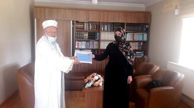 شابة ألمانية تعتنق دين الإسلام وتبين مادعاها لتغيير عقيدتها في تركيا بين يدي داعية علنا