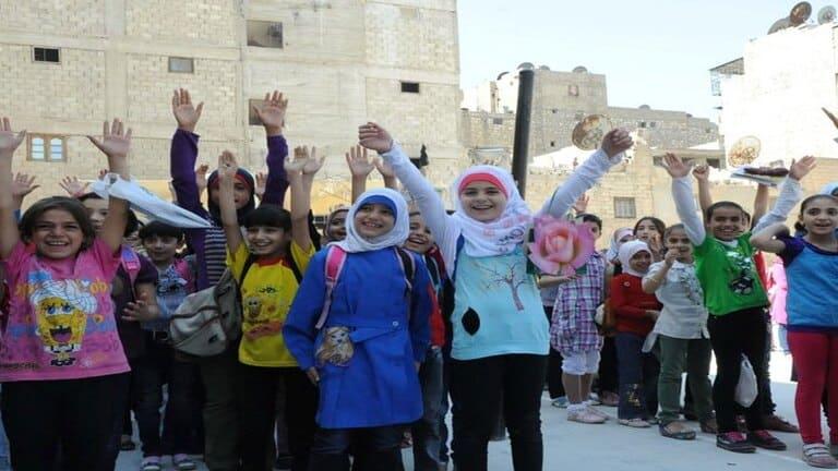 مناطق المعـ.ـارضة السورية تفـ.ـرض الحـ.جاب على التلاميذ ومنع مظاهر الزينة والجمال (صورة)