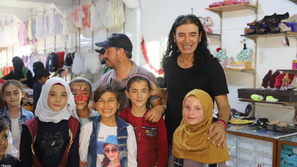 فنان تركي شهير يحيي حفلاً للأيتام السوريين ويوجه رسالة للعالم من مخيماتهم (صور + فيديو)