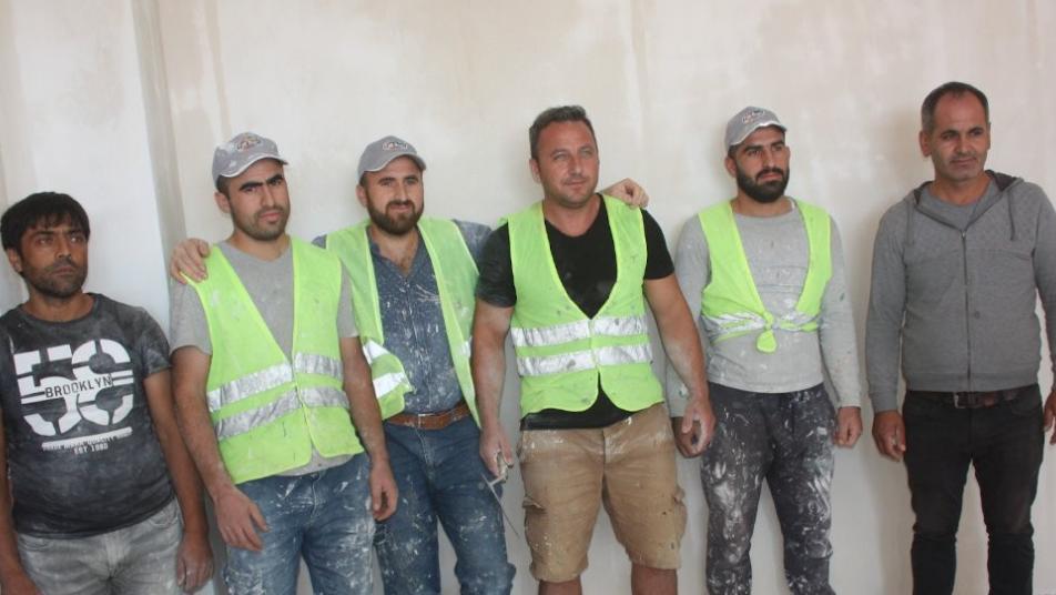 بين فخر الأتراك وذهولهم.. مدير مدرسة يعمل في البناء لشراء أحذية لطلابه الفقراء! (صور)
