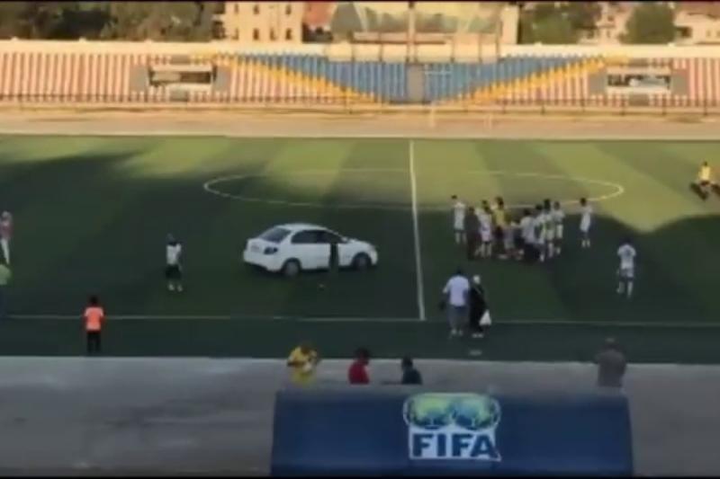 بسـ.ـبب الأوضاع الحالية في البلاد نظام الأسد ينقل اللاعبين المـ.ـصابين في المعلب بسيارة التاكسي (فيديو)