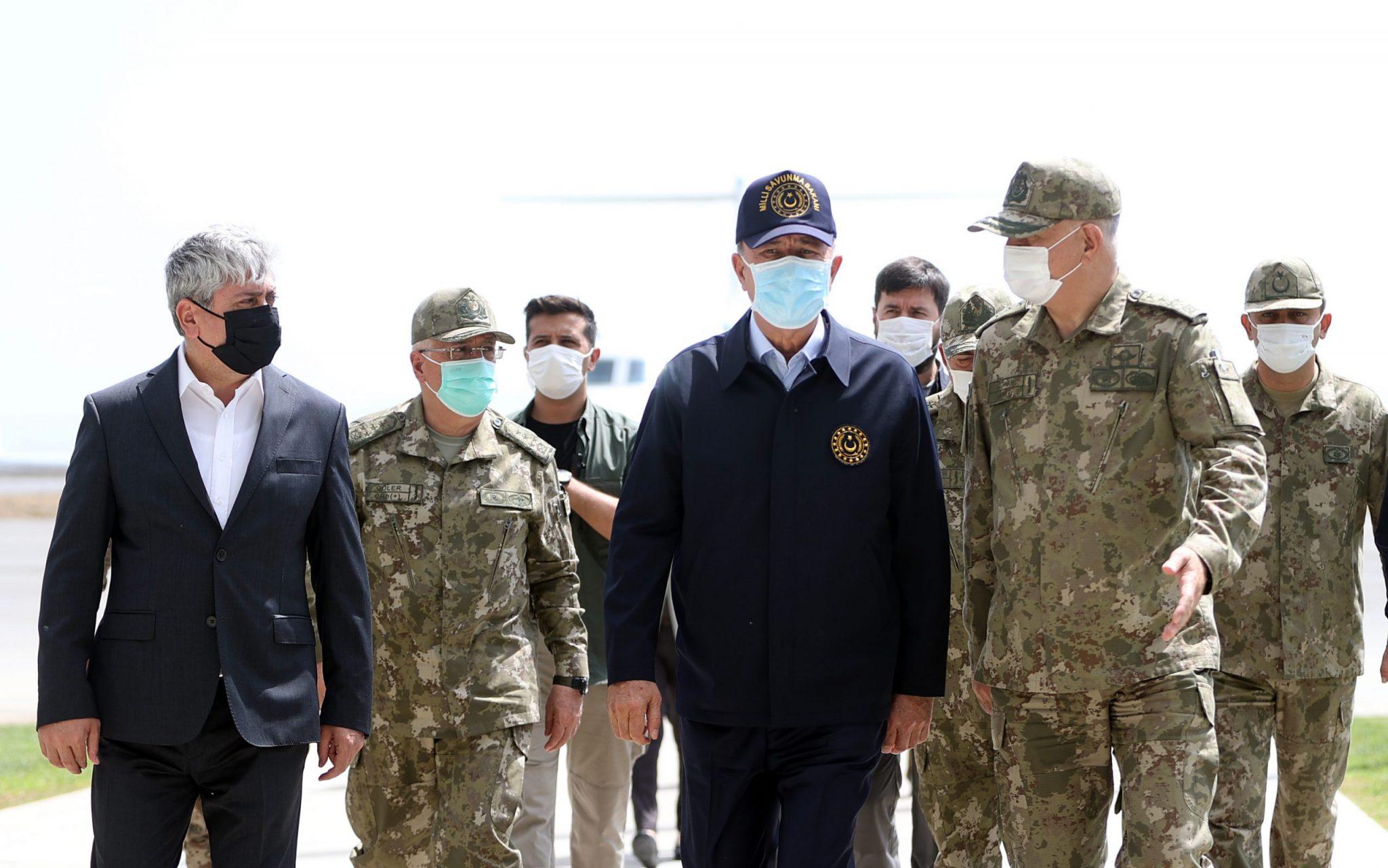 بعد استهداف قواتهم وزير الدفاع وقادة الجيش يصلون إلى غرفة عمـ.ـليات هاتاي درع الربيع (صور)