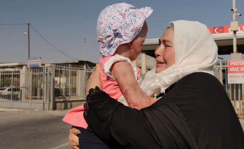 الطفلة السورية المعجـ.ـزة.. لم تكمل عامها الثاني وعادت من حافة المـ.ـوت لتلتقي بوالدتها وإخوتها (صور + فيديو)