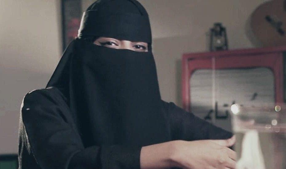 ظهور إمرأة سعودية تدعي النبوة والرسالة من الله ومجموعة من الشباب والصبايا يتبعونها لإظهارها معجـ.ـزة